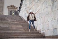 Härlig ung kvinna som hoppar ner trappa Arkivfoto