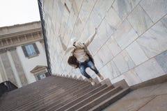 Härlig ung kvinna som hoppar ner trappa Fotografering för Bildbyråer