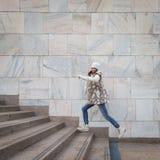 Härlig ung kvinna som hoppar ner trappa Royaltyfri Bild