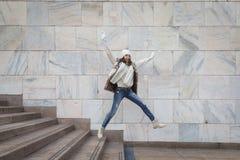 Härlig ung kvinna som hoppar ner trappa Royaltyfria Foton