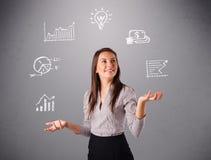 Härlig ung kvinna som jonglerar med statistik och grafer Arkivbilder