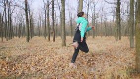 Härlig ung kvinna som kör i skogultrarapiden arkivfilmer