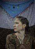 Härlig ung kvinna som kläs som zigenare Arkivfoton