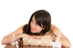 Härlig ung kvinna som kopplar av i brunnsort Arkivfoto