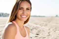 Härlig ung kvinna som ler på stranden Fotografering för Bildbyråer