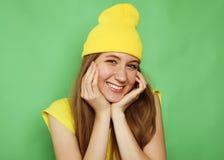 Härlig ung kvinna som ler till kameran över grön bakgrund royaltyfri fotografi