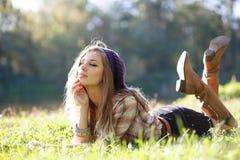 Härlig ung kvinna som ligger på gräs Royaltyfria Foton