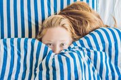 Härlig ung kvinna som ner ligger, i säng och att sova Få inte nog sömnbegrepp royaltyfri bild