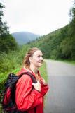 Härlig ung kvinna som omkring ser, och hållande ögonen på natur Arkivbilder
