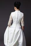 Härlig ung kvinna som poserar i en bröllopsklänning Royaltyfria Bilder