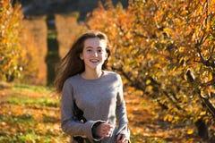 Härlig ung kvinna som poserar i ett höstfält solig dag Rödhårigt tonåring royaltyfri foto