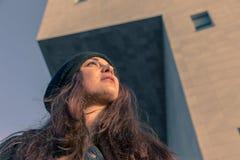 Härlig ung kvinna som poserar i stadsgatorna Arkivfoto