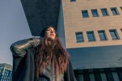 Härlig ung kvinna som poserar i stadsgatorna Arkivbild