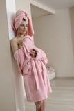 Härlig ung kvinna som poserar, når att ha tagit badet Royaltyfri Bild