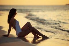 Härlig ung kvinna som poserar på den vita stranden, härligt landskap med kvinnan i Maldiverna, tropiskt paradis arkivbilder