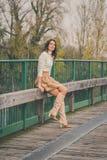 Härlig ung kvinna som poserar på en bro Royaltyfria Foton