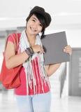 Härlig ung kvinna som rymmer en bok Arkivbilder