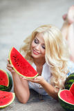 Härlig ung kvinna som rymmer en skiva av den mogna vattenmelon royaltyfria bilder