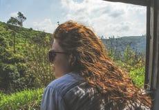 Härlig ung kvinna som ser i fönstret under tur med drevet royaltyfri fotografi