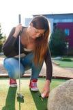 Härlig ung kvinna som spelar golf Arkivbilder