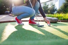 Härlig ung kvinna som spelar golf Arkivbild