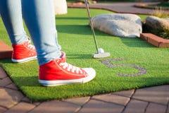 Härlig ung kvinna som spelar golf Royaltyfria Foton