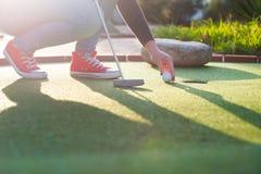 Härlig ung kvinna som spelar golf Royaltyfri Foto