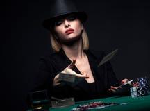 Härlig ung kvinna som spelar poker Arkivbilder