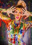 Härlig ung kvinna som täckas med målarfärger Royaltyfri Bild