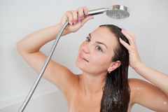 Härlig ung kvinna som tar duschen Royaltyfri Foto