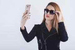 Härlig ung kvinna som tar en selfie arkivbilder