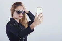 Härlig ung kvinna som tar en selfie royaltyfri bild