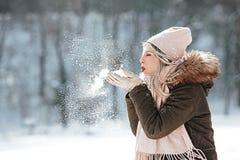 Härlig ung kvinna som tycker om i snön royaltyfri fotografi