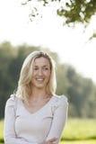 Härlig ung kvinna som tycker om naturen royaltyfria foton
