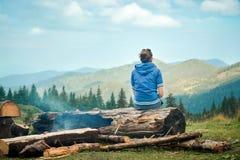Härlig ung kvinna som tycker om naturen i berg Arkivfoton