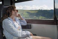 Härlig ung kvinna som tycker om tur i drevet royaltyfria bilder