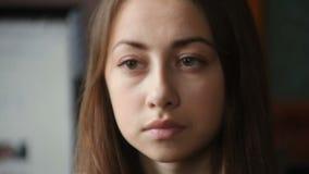 Härlig ung kvinna som ut ser fönstret arkivfilmer