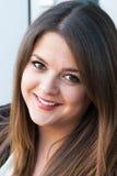 Härlig ung kvinna som utomhus ler Royaltyfri Bild