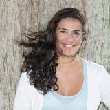 Härlig ung kvinna som uttrycker positivity i vinden Royaltyfria Foton