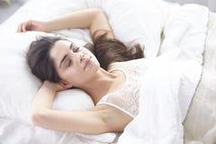 Härlig ung kvinna som värma sig i säng i morgonen Härligt modellera framsidan ser sexigt in camera royaltyfri fotografi