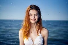 Härlig ung kvinna som vilar på havet, hav, strand, sommar, sol Fotografering för Bildbyråer