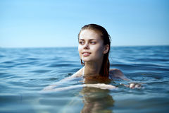 Härlig ung kvinna som vilar på havet, hav, strand, sommar, sol Arkivfoton