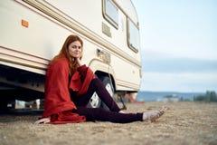 Härlig ung kvinna som vilar på havet, hav, strand, sommar, sol Royaltyfria Foton