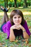 Härlig ung kvinna utomhus Royaltyfri Fotografi