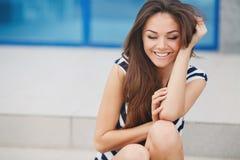 Härlig ung kvinna utomhus Fotografering för Bildbyråer