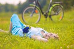 Härlig ung kvinna utomhus Lugna avslappnande flicka på gröna Gras Royaltyfri Bild