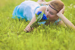 Härlig ung kvinna utomhus Lugna avslappnande flicka på gröna Gras Royaltyfria Foton