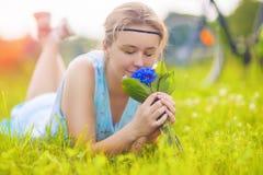 Härlig ung kvinna utomhus Lugna avslappnande flicka på gröna Gras Arkivfoto