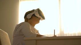 Härlig ung kvinnlig som studerar i vrexponeringsglas lager videofilmer