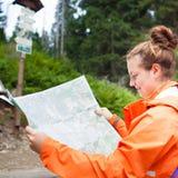 Härlig ung kvinnlig turist som ser översikten Arkivfoton